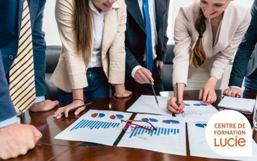 Photo de salariés qui travail sur un projet commun autour d'une table