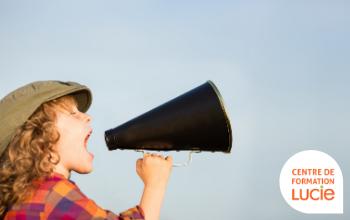 Enfant hurlant dans un haut parleur - Agence LUCIE