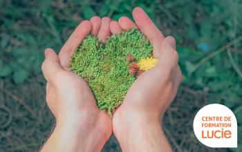 mains tenant des végétaux en forme de coeur - Agence LUCIE