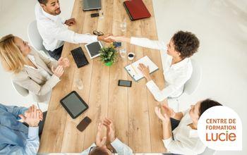 Photo d'une équipe en réunion - Agence LUCIE